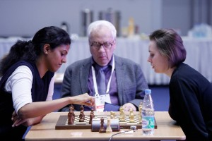 Indian star GM Dronavalli Harika taking on Ukranian GM Mariya Muzychuck (Photo: A. Karlovich)